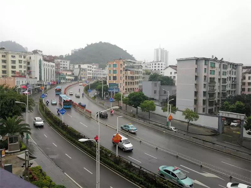 目击! 限行首日兴义交通状况 : 通行顺畅 但下班高峰仍拥堵