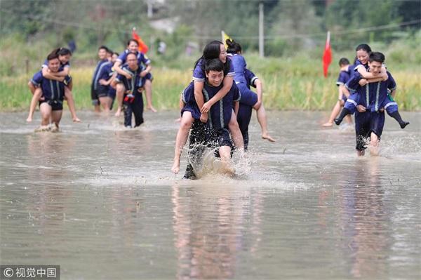 贵州:布依族情人节上演水田背情人比赛