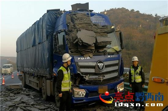 安龙:高速公路违法停车 酿成事故追悔莫及
