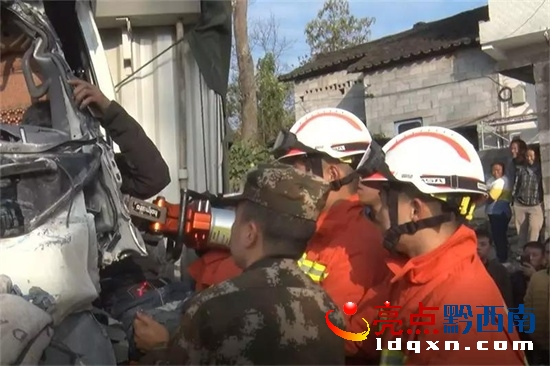 货车与罐车相撞致一人被困 兴仁消防紧急救援