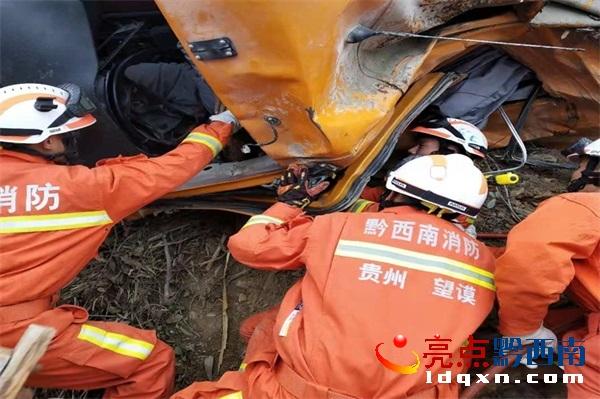 望谟:货车侧翻一人被困 消防紧急救援