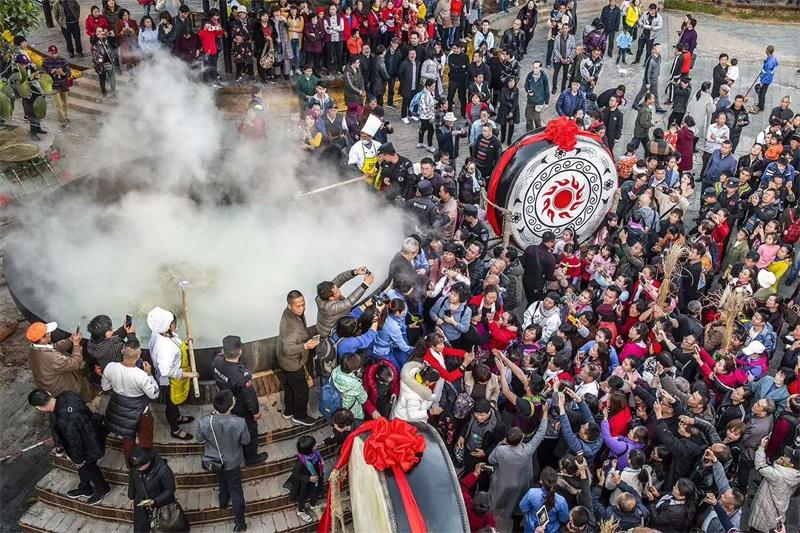 冬至,万峰林3000人同吃一锅炖羊肉 场面震撼