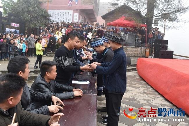 望谟油迈瑶族民众载歌载舞欢度盘王节