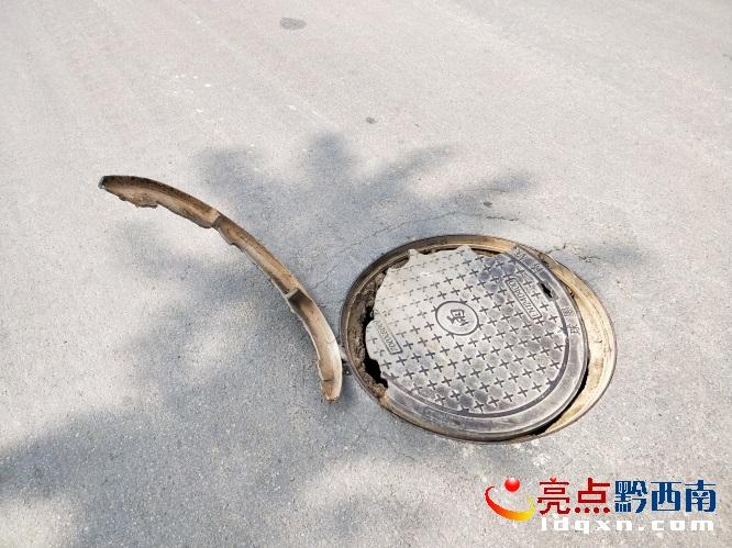 危险!兴义东环路大道中间一井盖翘起