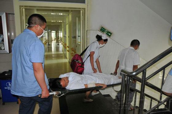 黔西南/医院员工进行消防救人疏散演练。