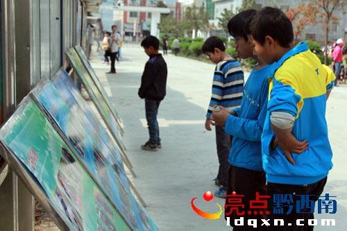 课间学生在观看宣传展板.jpg
