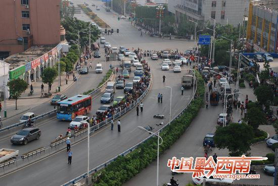 图为车祸现场. 中国黔西南记者 魏浩然 摄-兴义市区发生特大车祸