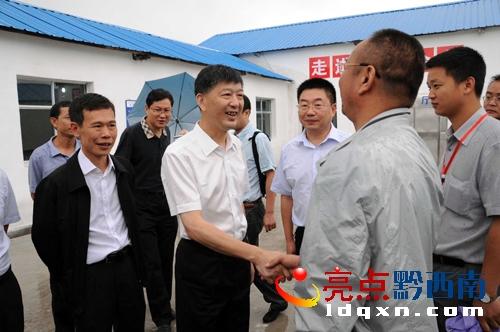 6月27日,贵州省委常委、省委政法委书记、省公安厅长崔亚东(左二