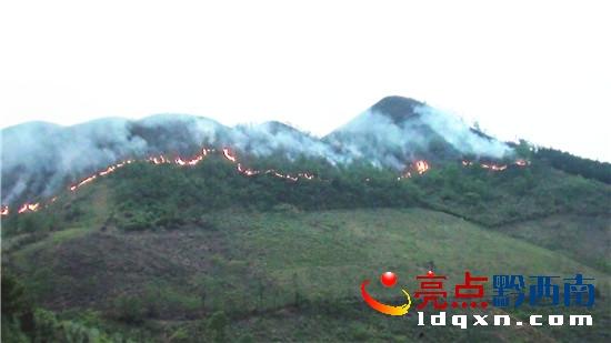 册亨县弼佑乡森林火灾火线长1000余米
