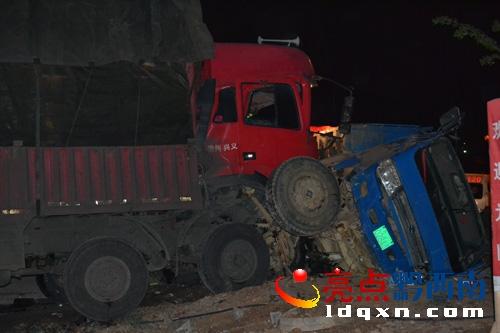 车祸现场.-兴义下午屯大货车对撞 车头严重变形一人被困 图