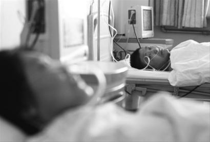 昨日下午,在解放军第四六三医院手术室门口,父亲握着儿子的