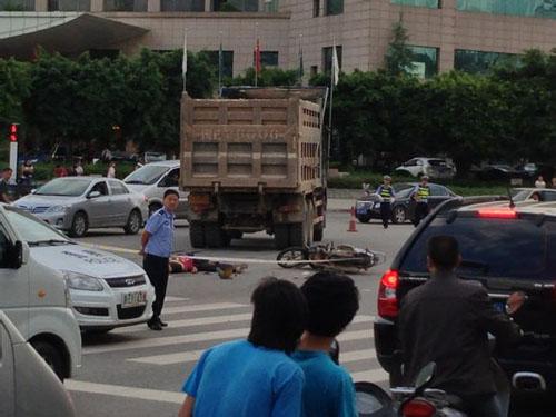 事故发生现场 -兴义金洲翠湖宾馆前,大货车从身上碾过两人当场死亡