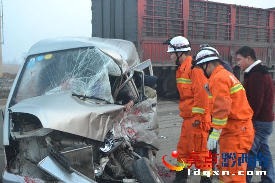 清晨车祸面包车被撞变形 兴义消防救出被困驾驶员 图