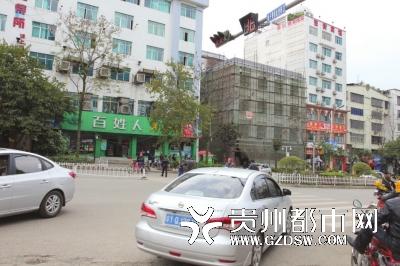 过斑马线步步惊心 兴义市医院门口能否修座人行天桥?