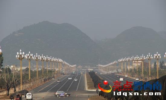兴义最宽最美道路万峰大道通车 双向12车道一路美景
