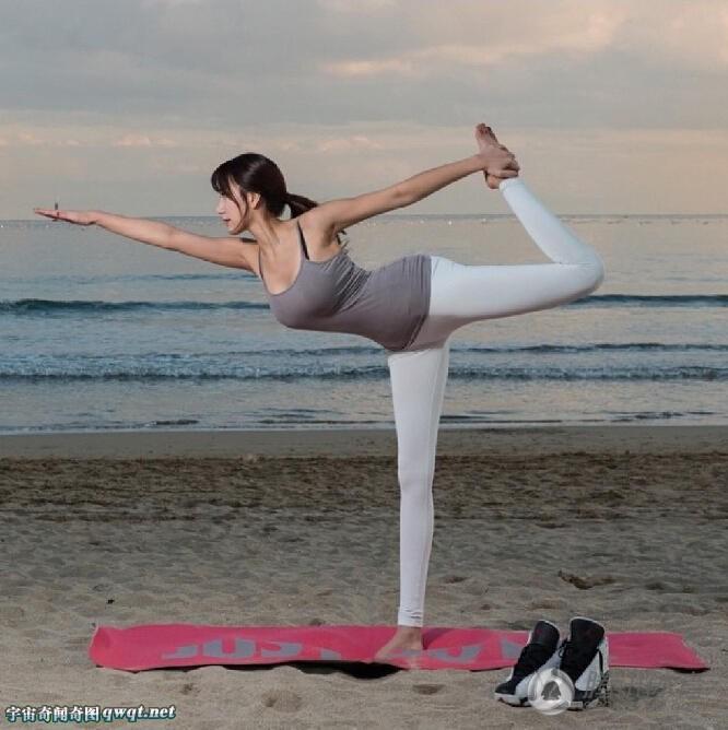 海滩上练习瑜伽的韩国美女长腿仿佛一眼看不到尽头