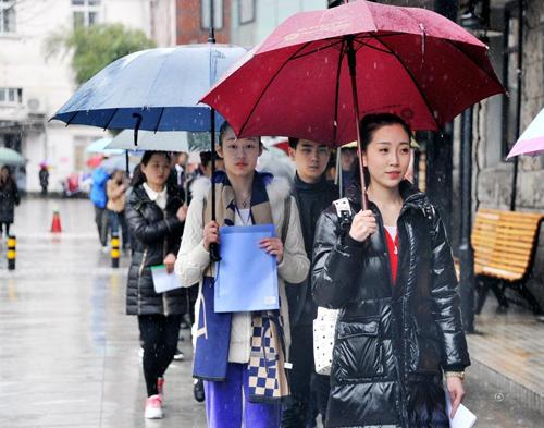 上海戏剧学院艺考雨中启幕 美女素颜上场