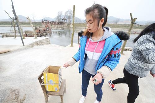 贵州过河铁桥毁于洪水 村民修收费便道