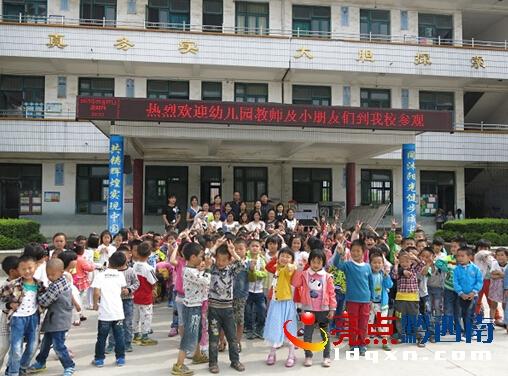 义龙试验区德卧中心幼儿园组织幼儿参观小学