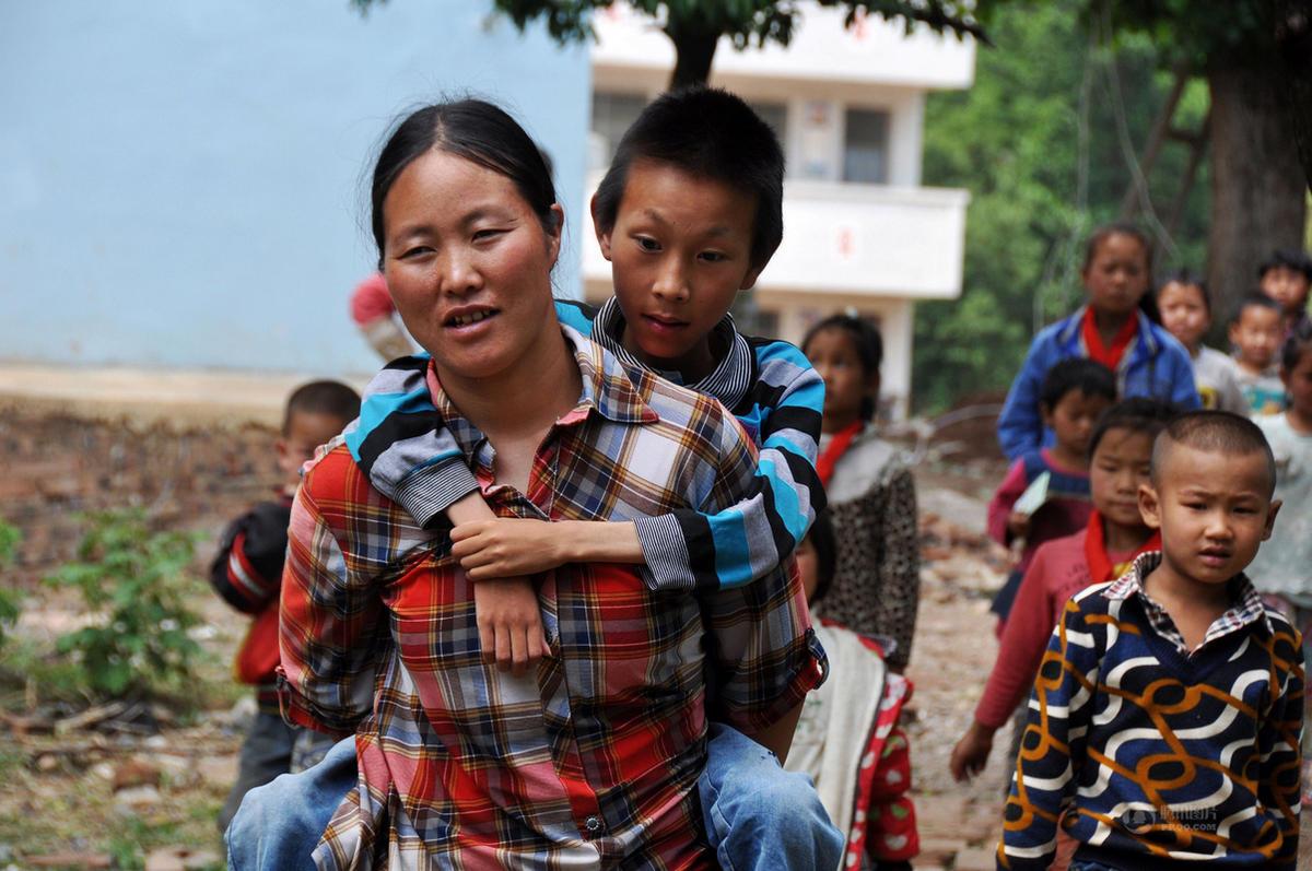 贵州母亲背瘫痪儿子求医上学 十年来风雨无阻