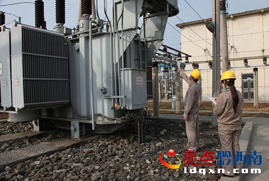 4图为110kv变电站员工精心特巡变压器.jpg