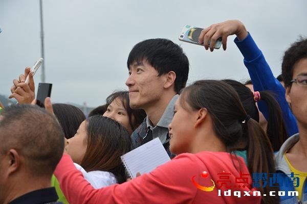 奥运冠军刘翔陈中与兴义市民、粉丝亲切互动