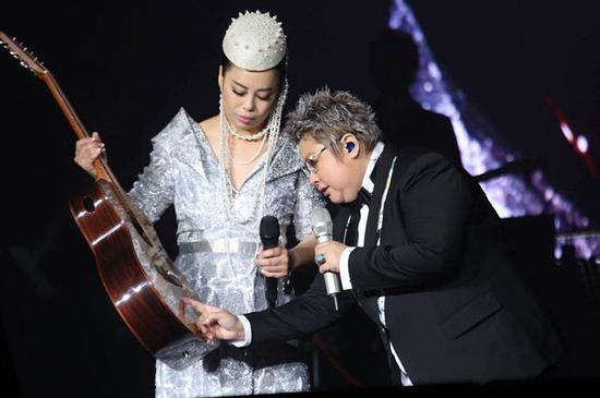 """此次,黄绮珊""""只有你""""演唱会不仅选歌无比慎重,舞美灯光更是下足功夫,无论梦想组曲的激光环绕,还是浪漫演绎时的舞台呈现,都表现出团队的无比用心。而压轴演唱的《离不开你》则是此次演唱会最重要的设计环节,为了回馈歌迷的热情,黄绮珊在舞台中特别搭建与《我是歌手》节目中一致的布景,重现了黄绮珊在我是歌手中的精彩表演,一曲《离不开你》更是将时间定格在当初感动无数人的美妙时刻,也为北京之夜的演出画上圆满的句号。"""