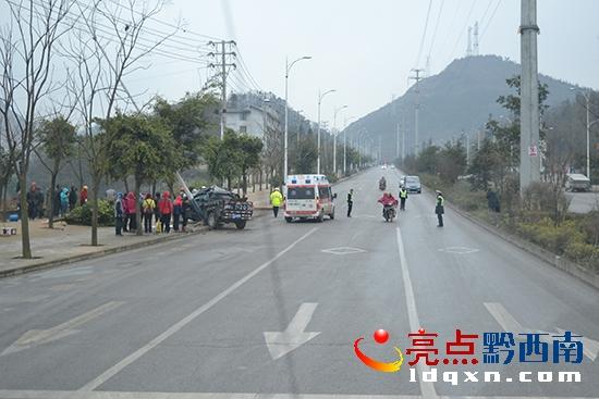 事故现场-卡车撞上路灯杆 兴义消防成功处置