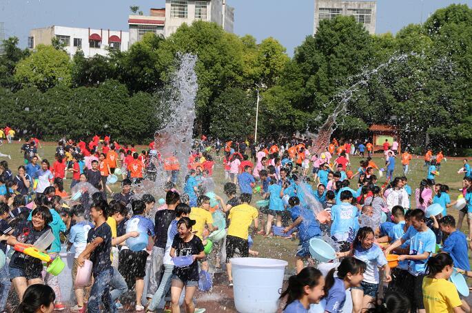 """兴义八中泼水节举行 上演""""中国校园最牛泼水节"""""""