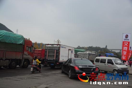 兴义宜化大道发生一起车祸 车头被撞碎 场面惨烈