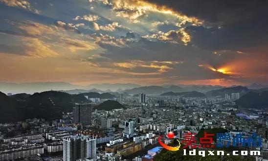 兴义市境内马岭河峡谷,万峰林是国家级风景名胜区.