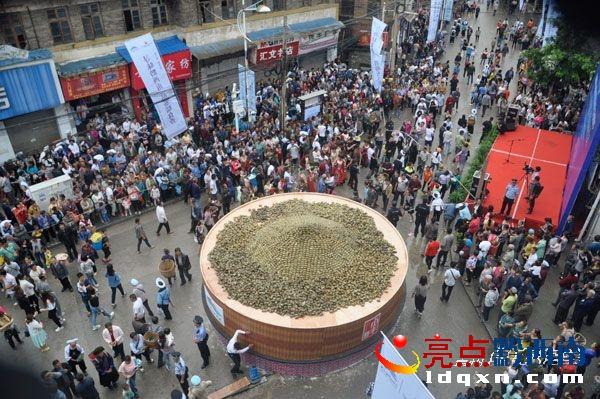 首届国际山地美食节暨贞丰打造上海大世界基尼斯认证世界最大蒸笼 直径6.66米高2米