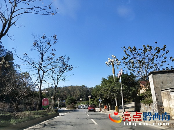图为通往兴义贵州醇风景区的路上.张凤利摄
