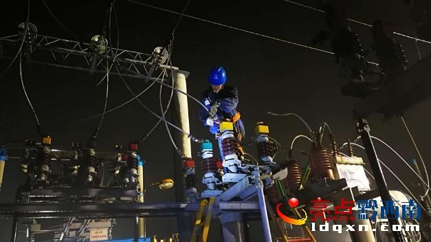 普安供电局工作人员进行故障抢修。