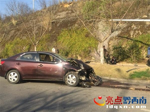 """兴义景峰大道发生一起交通事故 轿车车头撞得""""稀巴烂"""""""