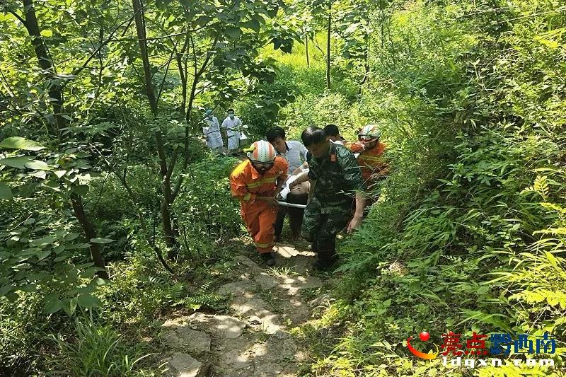 女子失足掉入山沟 普安消防徒步2公里救援