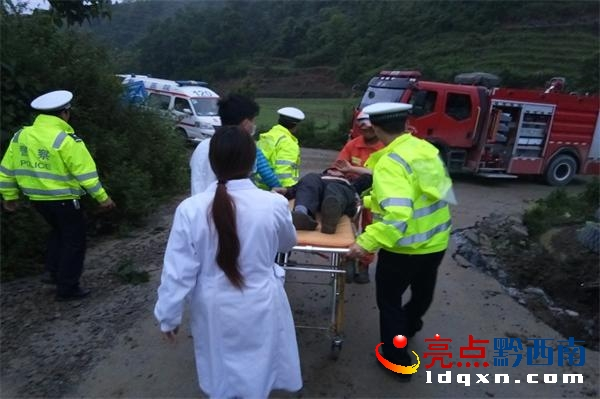 普安:卡车超重侧翻驾驶员被困 消防成功营救