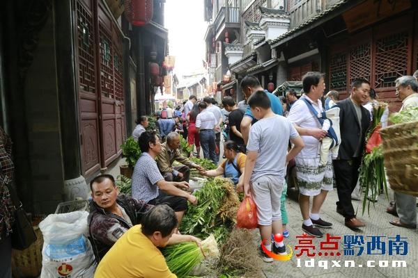 传统佳节端午节 贞丰古城草药街很热闹