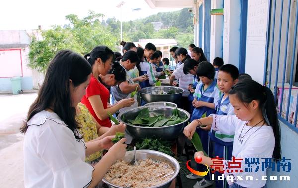 6月18日,正值端午节,晴隆县紫马乡龙头小学校园里,一派温馨和谐的场面,龙头小学的教师们放弃与家人团聚的时间,陪着该校80余名留守儿童一起包粽子、吃粽子、了解端午节的来历,孩子们在生动有趣的活动中过上一个温馨的端午节.