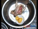 """兴义男子杀鸡时发现3个""""黄坨坨"""" 你见过吗?"""