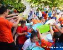 兴义八中举办狂欢泼水节:舒缓高考压力 敢泼才会赢!