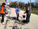 兴义下五屯街道组织人员更换破损井盖 消除安全隐患