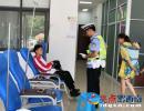 考生突发疾病求助 安龙交警及时救助送医(图)